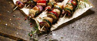 шашлык из овощей с сосисками
